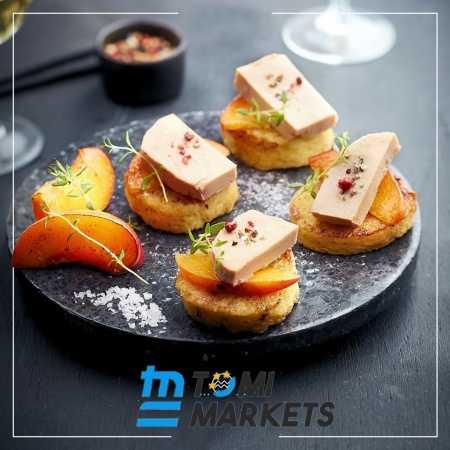 Thưởng thức nguyên miếng pate gan ngỗng cùng bánh mỳ nướng và hoa quả
